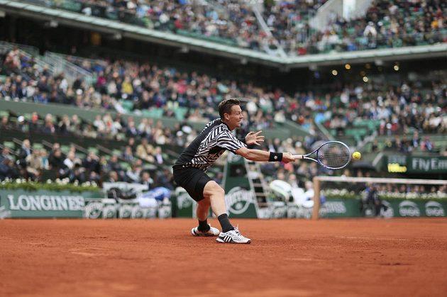 Český tenista Tomáš Berdych během čtvrtfinálového zápasu French Open se Srbem Novakem Djokovičem.