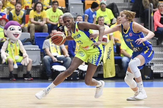 Basketbalistka Valériane Ayayiová z USK proniká v utkání Evropské ligy ke koši, bránit se snaží Mariona Ortizová z Braine.