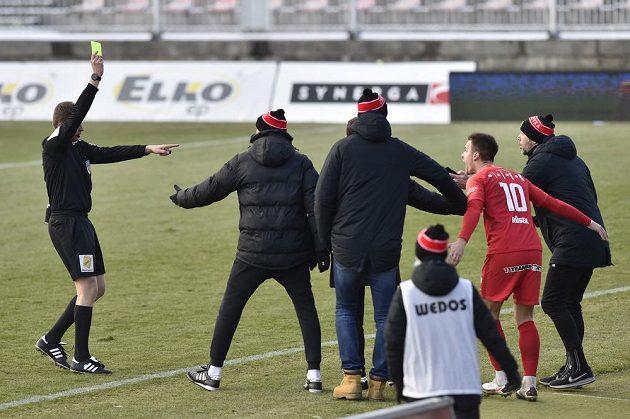 Rozhořčení brněnské lavičky nad neuznaným gólem vyústilo ve žlutou kartu.