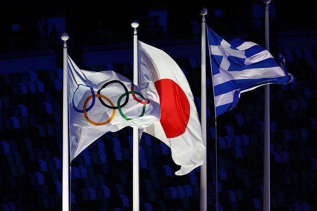 Vlajky MOV, Japonska a Řecka na závěrečném ceremoniálu her v Tokiu.