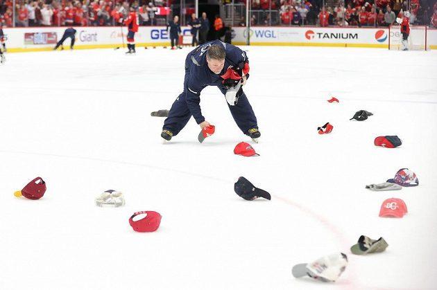 Kapitán Washingtonu Alex Ovečkin zaznamenal další hattrick a na led létaly kšiltovky.