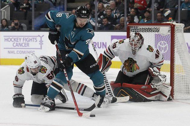 Útočník týmu San Jose Sharks Tomáš Hertl (48) se pokouší o zakončení v utkání s Chicagem Blackhawks.