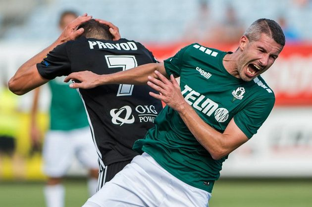 Tohle muselo bolet. Zleva Lukáš Provod z Českých Budějovic a Tomáš Pilík z Jablonce v souboji během 4. kola fotbalové ligy.