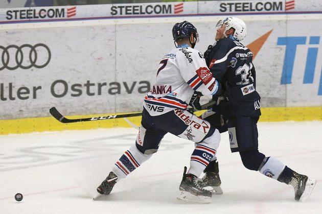 Ivan Baranka z Vítkovic a Conor Allen z Plzně v ostrém střetu během extraligového utkání.