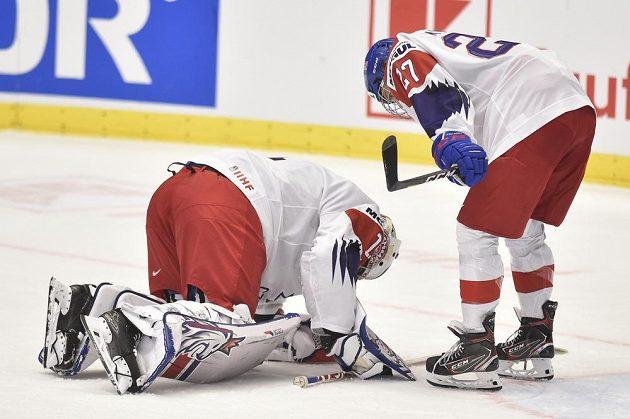 Zleva zraněný brankář české reprezentace Lukáš Pařík a Jan Myšák v duelu s Kanadou.