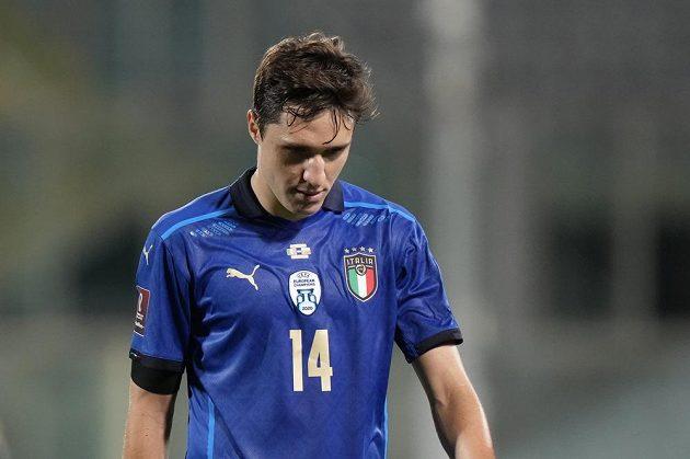 Obrovské překvapení na účet favorita. Federico Chiesa zklamaně kráčí ze hřiště. Itálie v kvalifikaci MS 2022 jen remizovala s Bulharskem.