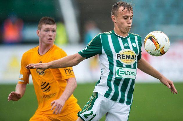 Martin Hašek z Bohemians a Michal Bezpalec z Dukly Praha během utkání 7. kola ePojištění.cz ligy.