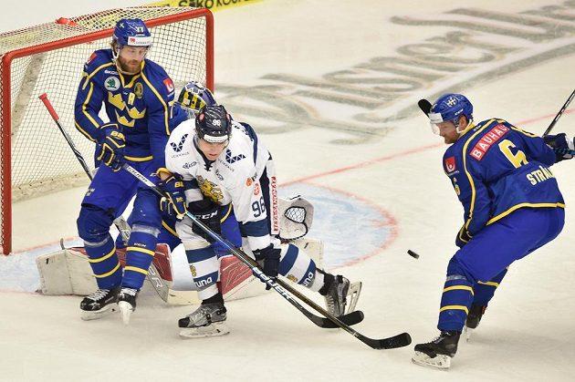 Zleva Victor Hedman ze Švédska, Mikko Rantanen z Finska a Anton Stralman ze Švédska.