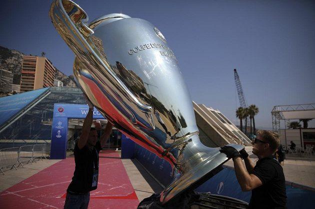Do Monaka dorazila i obří kopie trofeje...