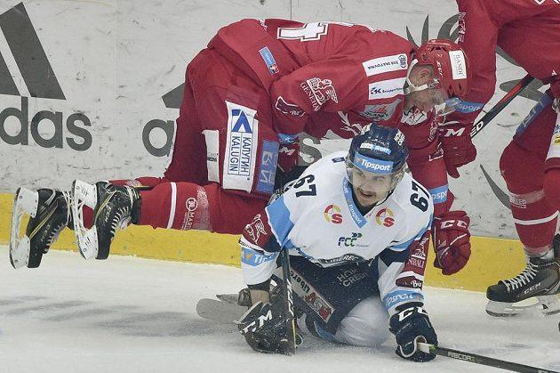 V páté finálové bitvě si takhle na Tomáše Hanouska vyšlápl třinecký Patrik Husák.