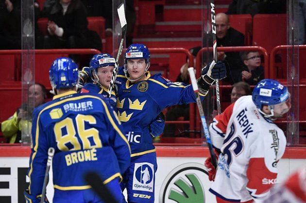 Radost švédských hokejistů po vyrovnávacím gólu Fredrika Händemarka (třetí zleva).