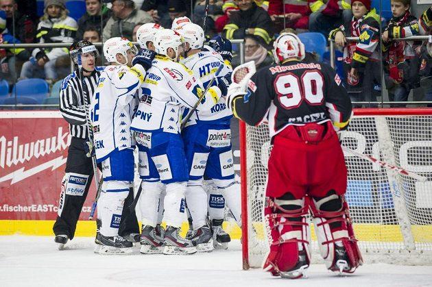 Hráči Komety se radují z gólu, vpravo je hradecký brankář Ondřej Kacetl.