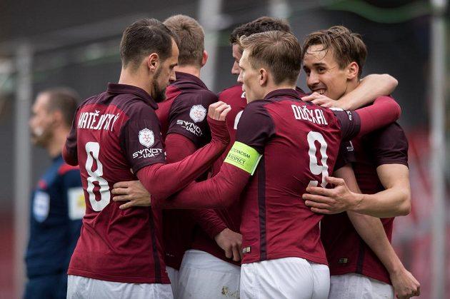Fotbalisté Sparty oslavují gól na 1:0.