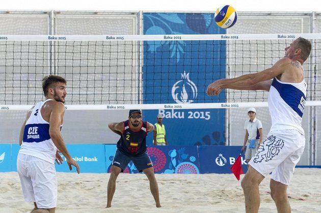 Čeští plážoví volejbalisté Jan Hadrava (zleva a český hráč Přemysl Kubala na EH v Baku.