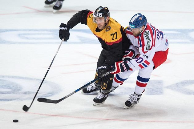 Německý obránce Nikolai Goc (vlevo) a český útočník Martin Dočekal během utkání Euro Hockey Challenge.