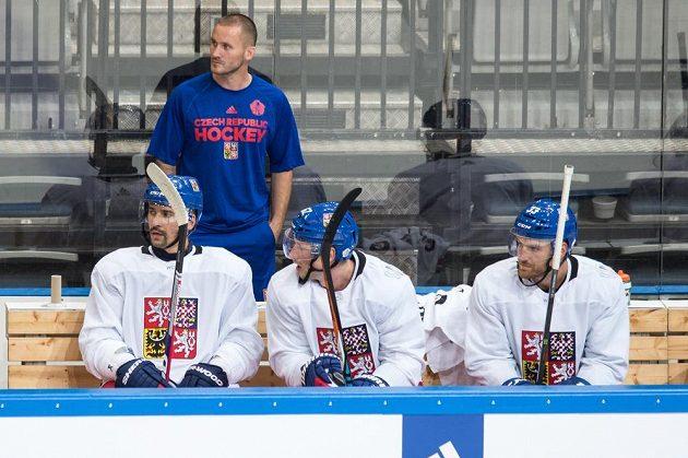 Kondiční trenér Michal Hamršmíd sleduje trénink hokejistů.