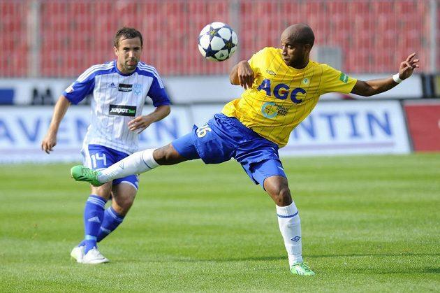 Alves Freitas Santos Nivaldo z Teplic (vpravo) zpracovává míč před znojemským Davidem Helískem.