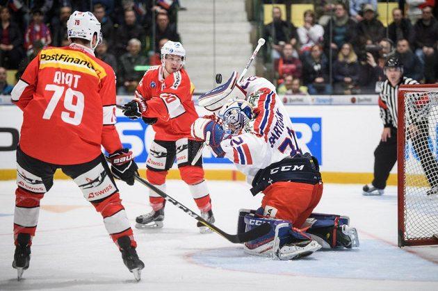 Český brankář Patrik Bartošák během utkání Euro Hockey Challenge se Švýcary.