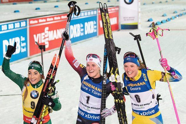 Dorothea Wiererová (druhé místo), Marte Olsbu Roeiselandová (vítězka) a Hanna Oebergová v cíli stíhacího závodu v rámci Světového poháru v biatlonu v Novém Městě na Moravě.