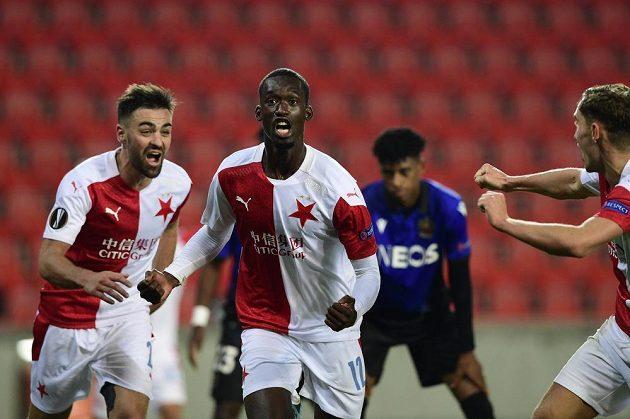 Autor druhého gólu Abdallah Sima (uprostřed) se raduje se spoluhráči.