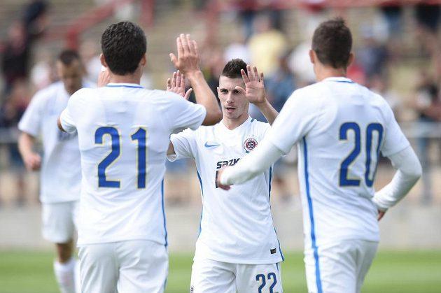 Srdjan Plavšič (uprostřed) a David Lafata ze Sparty Praha oslavují gól na 3:1 během přípravného utkání