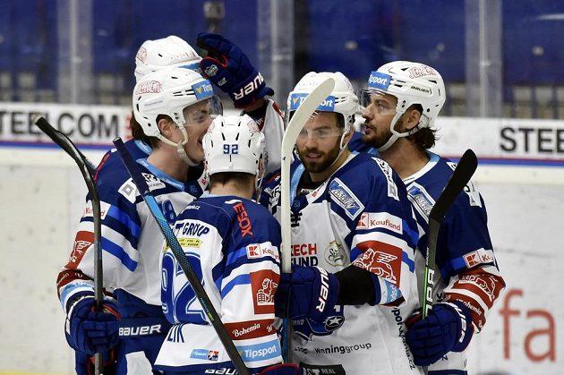 Hokejisté Brna se radují z prvního gólu. Vpravo je autor branky Martin Zaťovič z Brna.