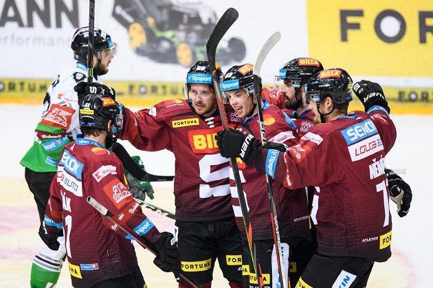 Erik Thorell ze Sparty Praha (třetí zleva) oslavuje se spoluhráči gól.