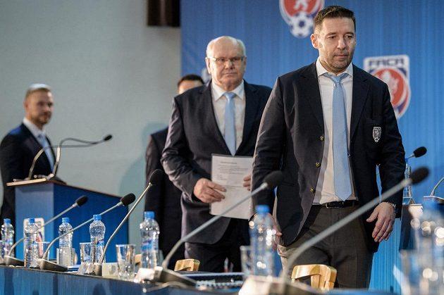 Místopředseda FAČR za Moravu Zdeněk Zlámal a šéf LFA Dušan Svoboda (vpředu) během Mimořádné Valné hromady FAČR, která se koná ve sportovním centru Nymburk.