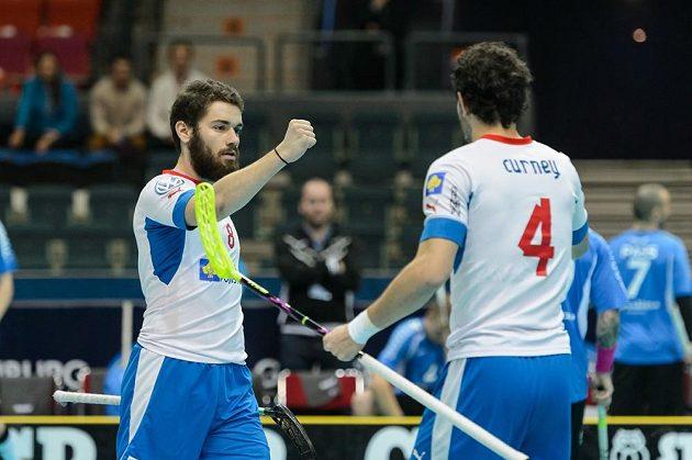 Jan Natov (vlevo) se raduje ze svého prvního gólu do estonské sítě, gratulovat mu přichází Jiří Curney.