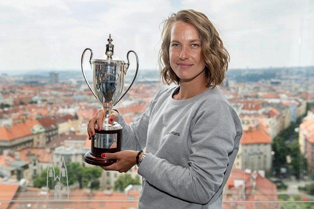Tenistka Barbora Strýcová s trofejí za vítězství ve čtyřhře ve Wimbledonu.