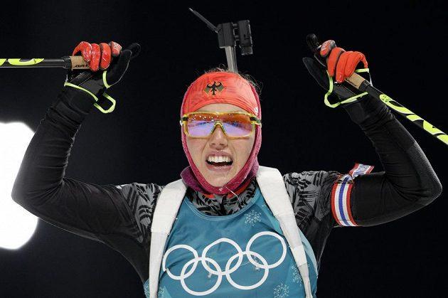 Biatlonistka reprezentující Německo Laura Dahlmeierová v cíli sprintu na ZOH v Pchjongčchangu.