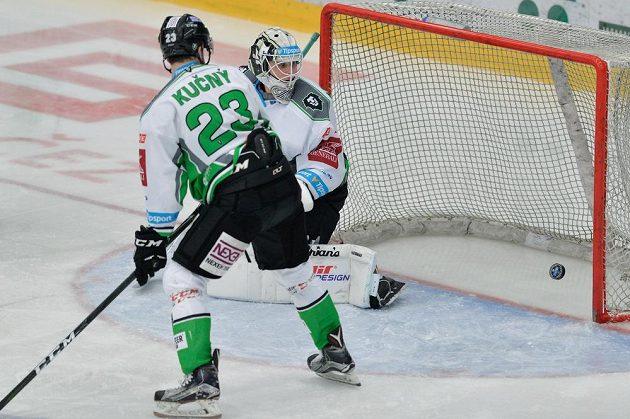 Brankář Boleslavi Brandon Maxwell inkasuje první gól. Vlevo přihlíží jeho spoluhráč Jiří Kučný.