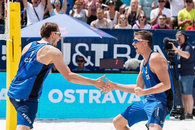 Čeští beachvolejbalisté David Schweiner (vlevo) a Ondřej Perušič během turnaje J&T Banka Ostrava Beach open 2019.