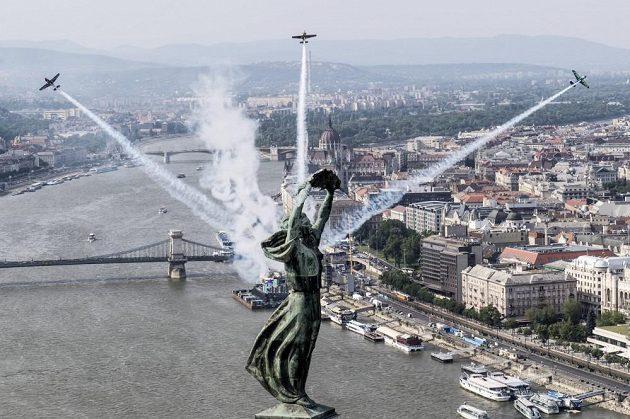 Budapešť bude znovu patřit odvážným pilotům... Peter Besenyei, Petr Kopfstein a Yoshihide Muroja už se nad ní proletěli.