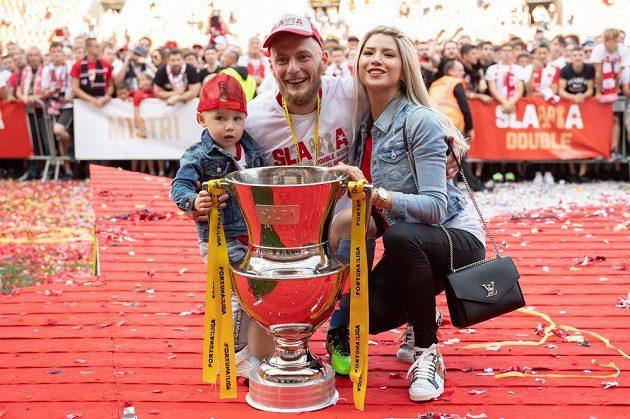 Vladimír Coufal s rodinou a trofejí pro mistra ligy po utkání nse Spartou