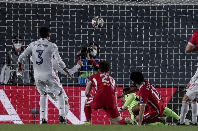 Liverpoolský Mohamed Salah (vpravo) dává gól proti Realu Madrid.