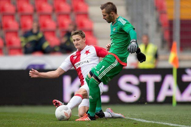 Milan Škoda ze Slavie atakuje brankáře Dukly Filipa Radu.