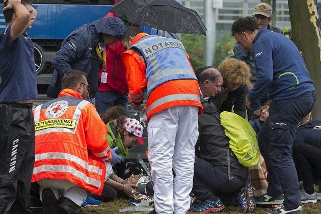 Ošetřovaný španělský cyklista Alejandro Valverde z Movistaru po ošklivém pádu.