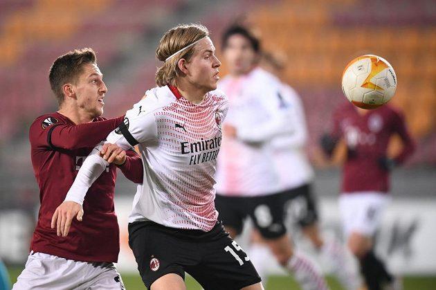 Jens Petter Hauge (vpravo) z AC Milán při utkání se Spartou.