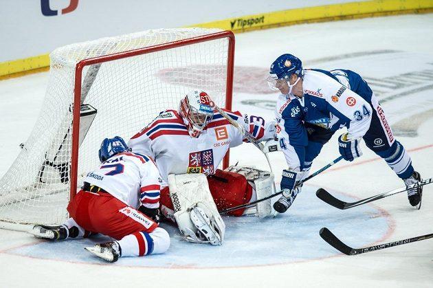 Finský útočník Olli Palola (č. 34) střílí gól českému brankáři Dominiku Furchovi v utkání turnaje Channel One Cup.