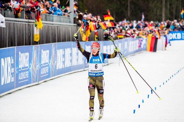 Vítězka závodu s hromadným startem Laura Dahlmeierem.