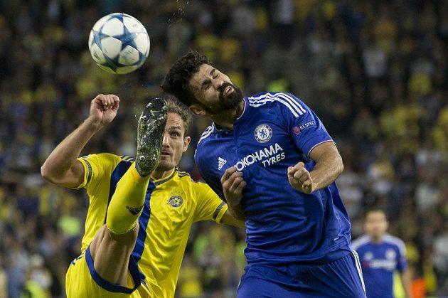 Carlos García z Maccabi Tel Aviv (vlevo) odkopává míč před útočníkem Chelsea Diegem Costou.