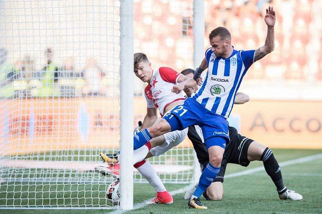 Eduard Sobol ze Slavie Praha vstřelil gól na 4:0 do sítě Mladé Boleslavi . zasáhnout se marně snaží brankář Kamran Agajev.