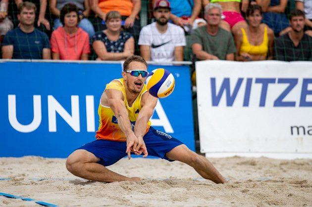 Ondřej Perušič v akci na mistrovství republiky plážových volejbalistů.