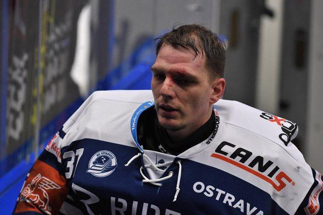 Brankář Vítkovic Daniel Dolejš odchází z ledu, poté co ho vystřídal Marek Peksa.