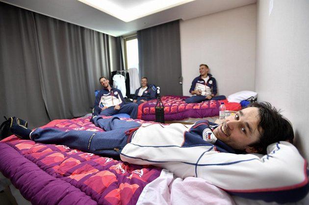 Běžci na lyžích odpočívají v jednom z pokojů v olympijské vesnici, kde jsou ubytováni čeští sportovci. Vpředu je Aleš Razým.