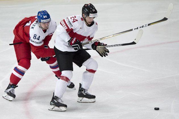 Zleva český reprezentant Tomáš Kundrátek a Reto Suri ze Švýcarska.