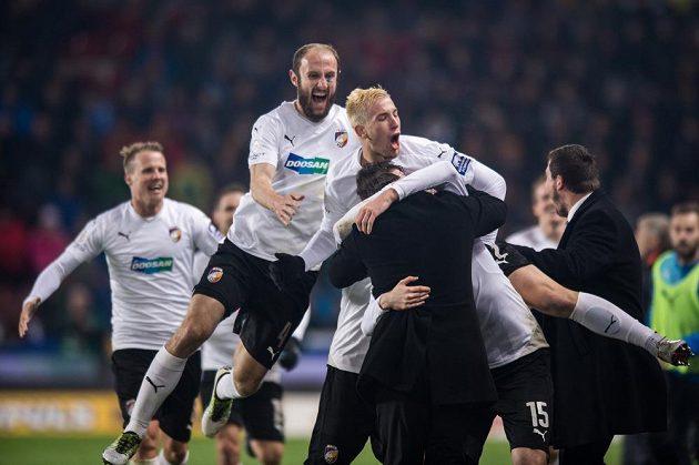 Fotbalisté Plzně oslavují gól na 2:0 v utkání se Spartou.