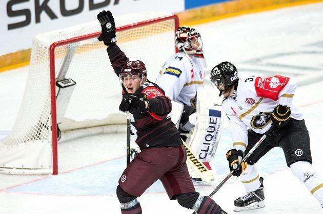 Jiří Černoch ze Sparty oslavuje gól Juraje Mikuše na 1:1 během utkání hokejové Ligy mistrů s Oulu.