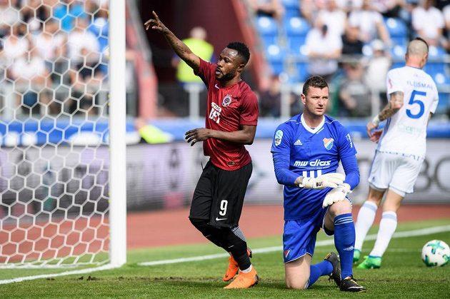Guélor Kanga oslavuje gól z penalty proti Baníku.